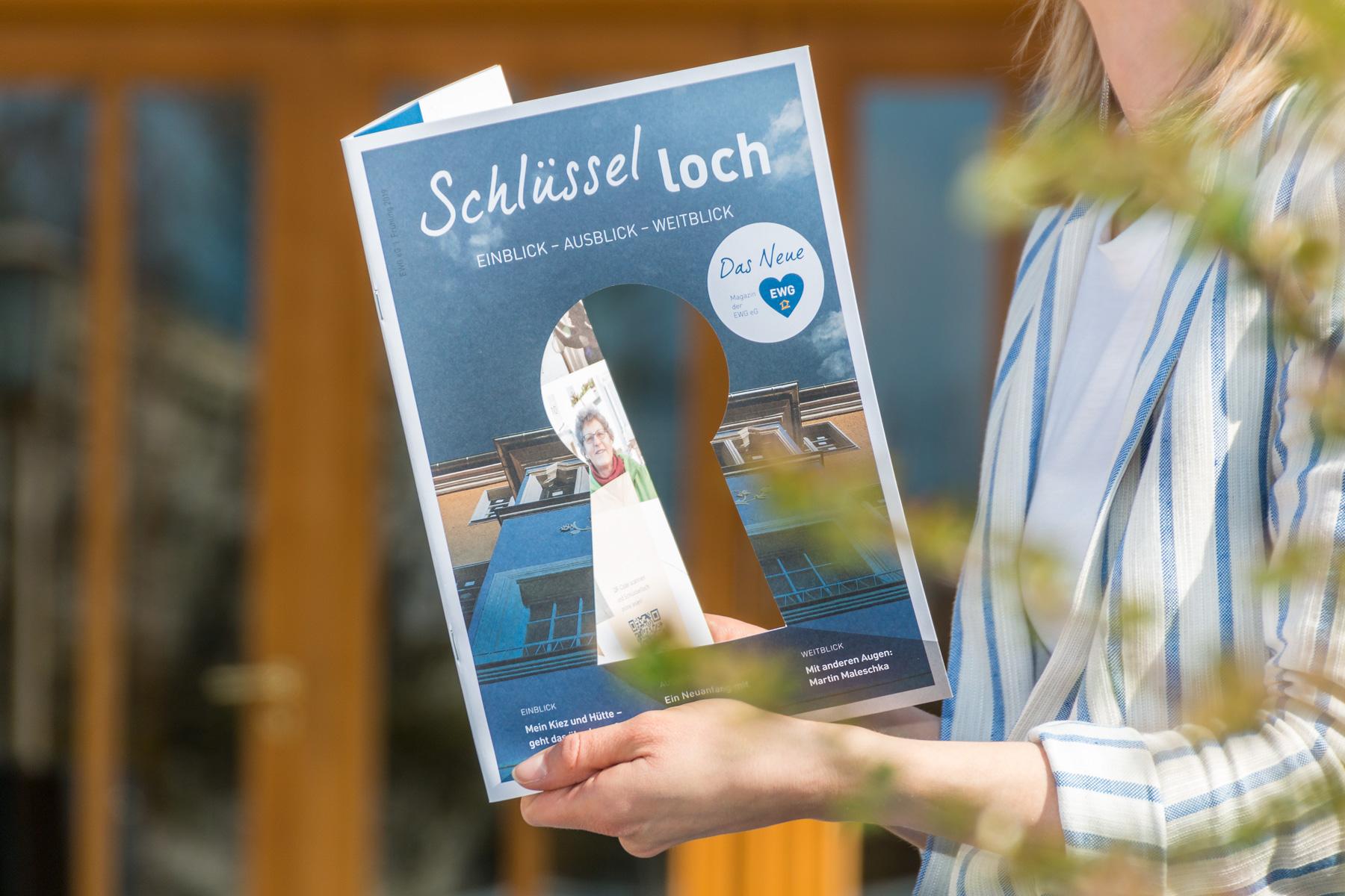 Cover der Erstausgabe Frühjahr 2019 des Magazins »SCHLÜSSELLOCH« vor dem »Aktivist« in Eisenhüttenstadt